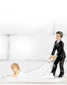 """Сватбена фигурка за торта """"Младоженец дърпа булка"""""""