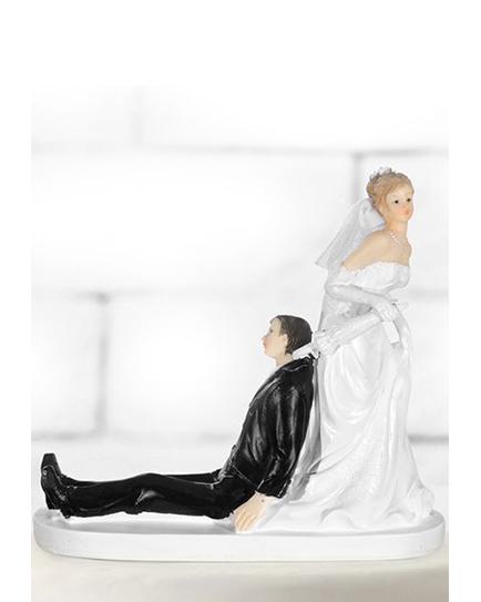 """Сватбена фигурка за торта """"Булка дърпа младоженец към олтара"""""""