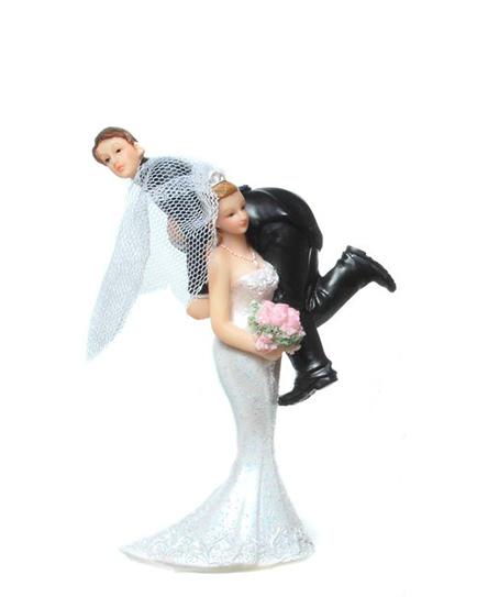 """Сватбена фигурка за торта """"Булка носи младоженеца на гръб"""""""